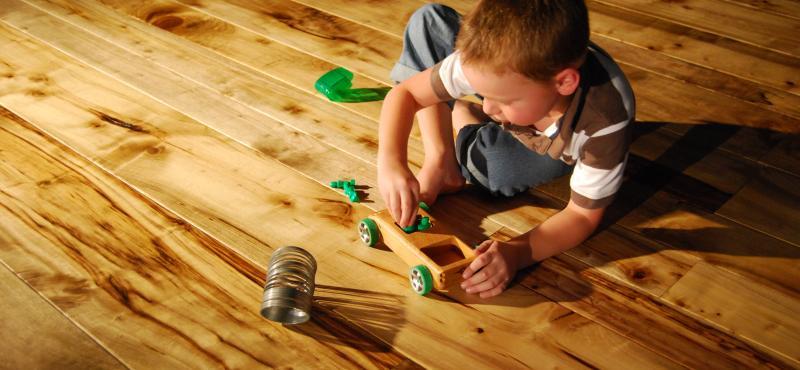 Deca, kućni ljubimci i drveni podovi